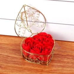 Boîte en coeur avec 6 savons en roses. Boîte dorée coeur. Savons en forme de fleurs roses. Cadeau romantique