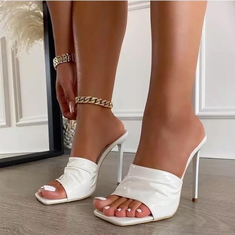 Sandales à bout carré en cuir vernis