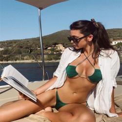 Bikini triangle vert